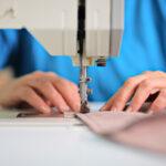 Cât câştigă un angajat dintr-o fabrică de îmbrăcăminte: 1.900 de lei lunar în mână. Un croitor câştigă un salariu net lunar care porneşte de la 1.200 lei şi poate ajunge 3.019 lei