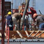 """Efectul PUZ-urilor de sector: dezvoltatorii ajung să construiască aproape de bulevarde sau poduri pentru a optimiza construcţiile. În zonele """"bune"""" metrul pătrat construit se poate vinde şi cu 2.000 de euro sau chiar peste"""